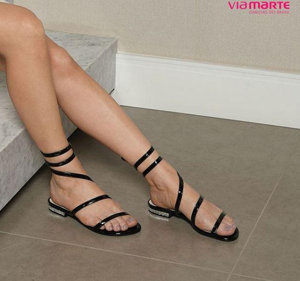 Rasteira nada básica com detalhes únicos: tem que ter! #sandals #flats #ViaMarte #style #fashion #trend Ref. 18-22307 | Encontre a partir de R$ 99,90