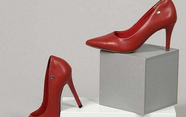 Scarpin vermelho: cor poderosa para dar um up no seu visual.  Ref. 19-3102 e 19-2901