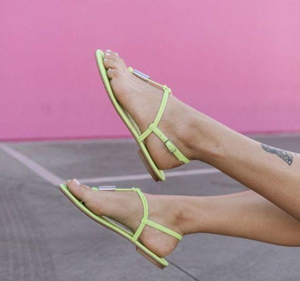Rasteira neon para iluminar seus looks da temporada. Já garantiu a sua? ? #Summer2020 #NewIn #ViaMarte #flats #sandals #fashionshoes  Ref. 19-20201